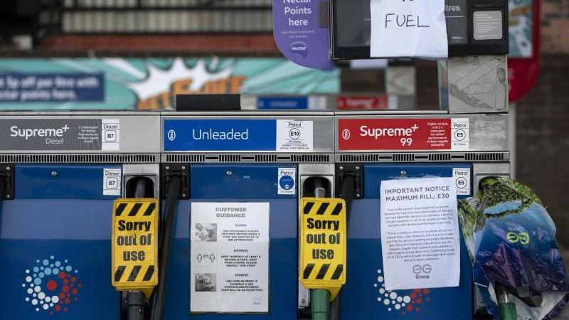 nach-den-engpassen-vor-wenigen-wochen-sei-die-versorgung-an-den-britischen-tankstellen-mit-kraftstoff-wieder-normal-archivbild-foto-jon-superapdpa