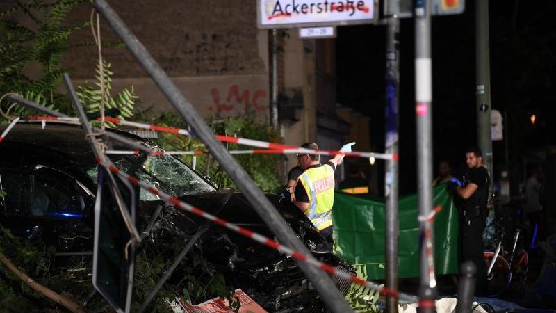 an-einem-zerstorten-auto-halten-polizisten-ein-plane-foto-britta-pedersendpaarchivbild