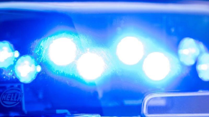 ein-blaulicht-leuchtet-auf-dem-dach-eines-polizeiwagens-foto-lino-mirgelerdpasymbolbild