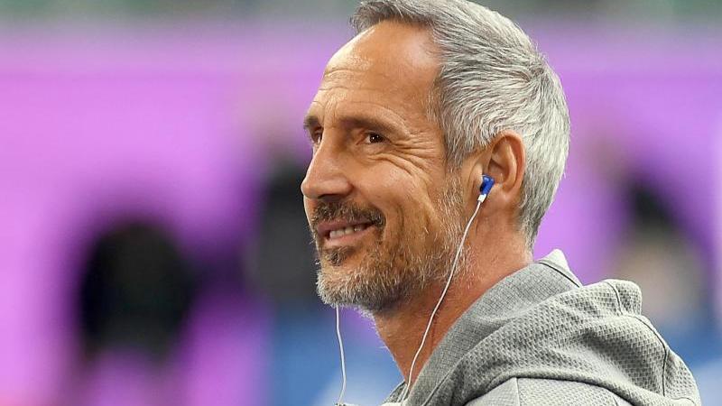 gladbachs-trainer-adi-hutter-lachelt-vor-dem-spiel-im-stadion-foto-swen-pfortnerdpaarchivbild