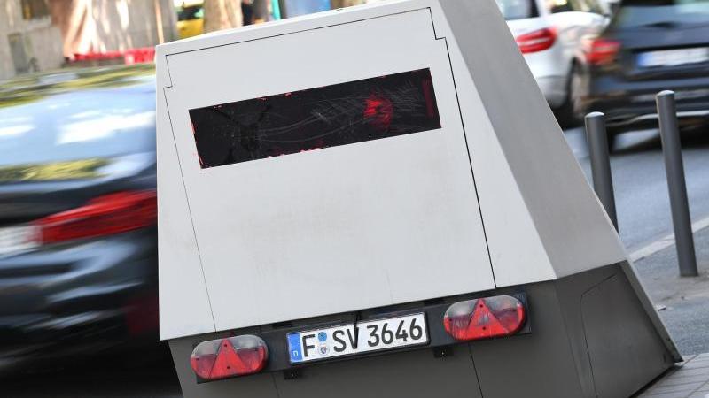ein-enforcement-trailer-steht-am-rand-einer-strae-foto-arne-dedertdpaarchivbild