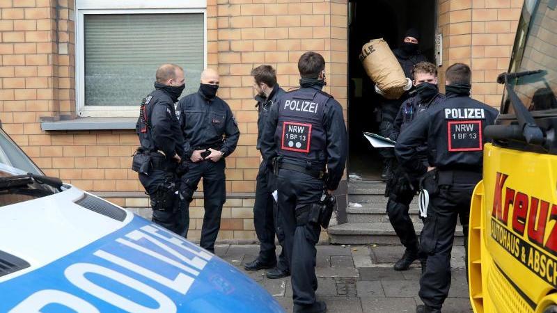 polizisten-beschlagnahmen-wahrend-einer-groen-drogenrazzia-die-reste-von-cannabis-pflanzen-foto-roland-weihrauchdpa
