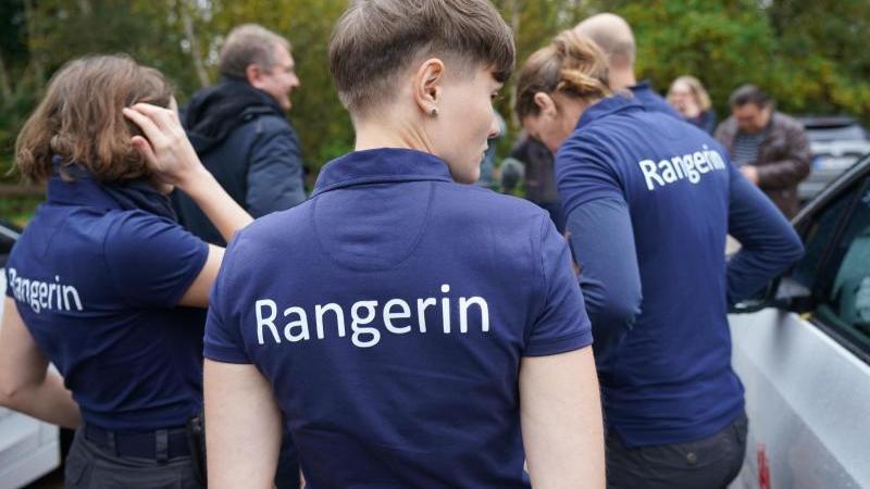 rangerinnen-und-ranger-stehen-im-naturschutzgebiet-boberger-niederung-foto-marcus-brandtdpa