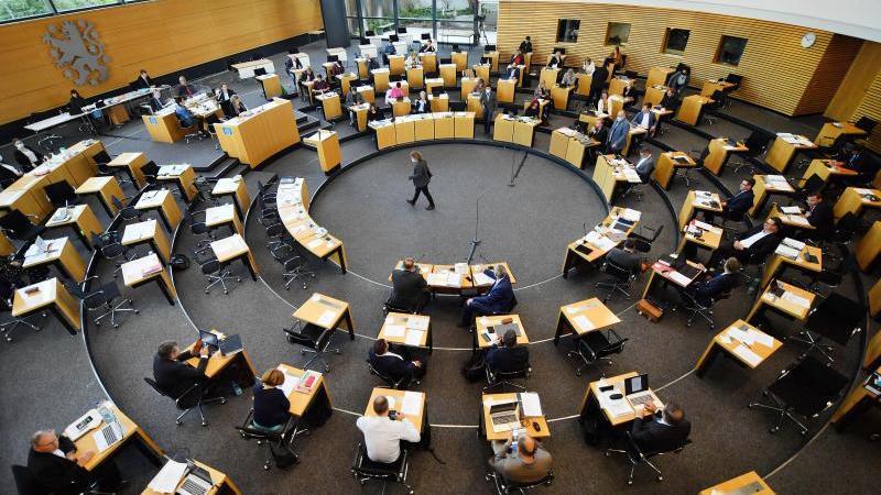 abgeordnete-sitzen-im-plenarsaal-des-thuringer-landtags-foto-martin-schuttdpa-zentralbilddpaarchivbild