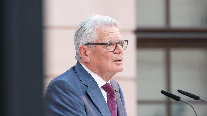 joachim-gauck-spricht-foto-paul-zinkendpa-zentralbilddpaarchivbild