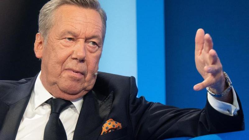 roland-kaiser-spricht-auf-der-frankfurter-buchmesse-bei-der-veranstaltungsreihe-das-blaue-sofa-foto-sebastian-gollnowdpa