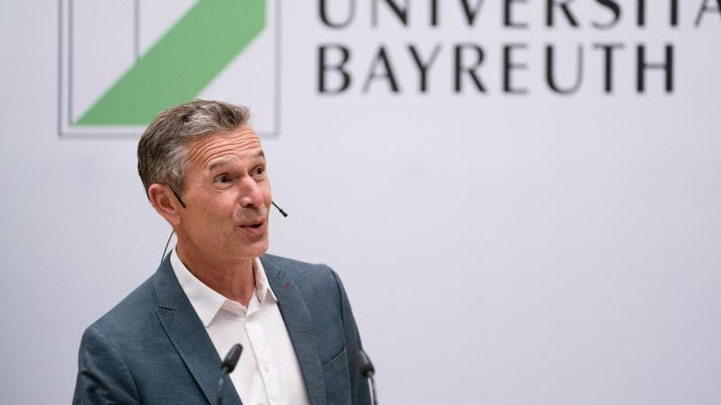 der-journalist-dirk-steffens-halt-im-audimax-der-universitat-bayreuth-eine-rede-foto-nicolas-armerdpa
