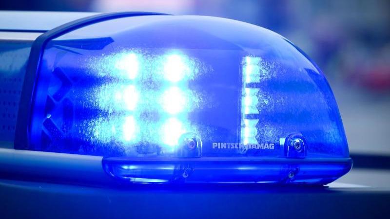 das-blaulicht-an-einem-polizeiauto-leuchtet-foto-patrick-pleuldpasymbolbild