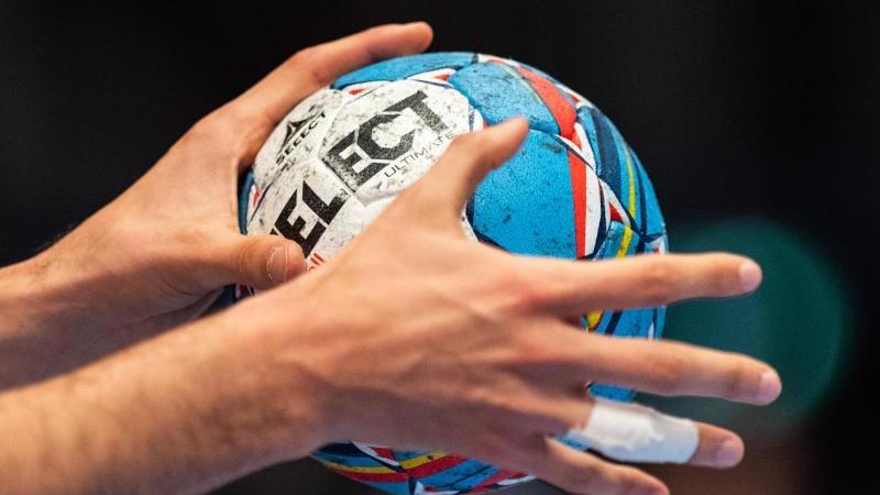 ein-ball-in-der-hand-eines-spielers-foto-robert-michaeldpasymbolbild