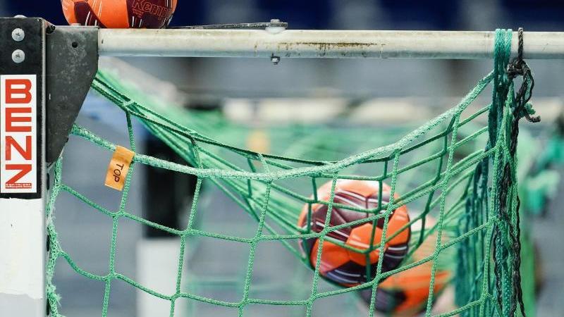 spielballe-liegen-im-netz-eines-tors-foto-uwe-anspachdpasymbolbild