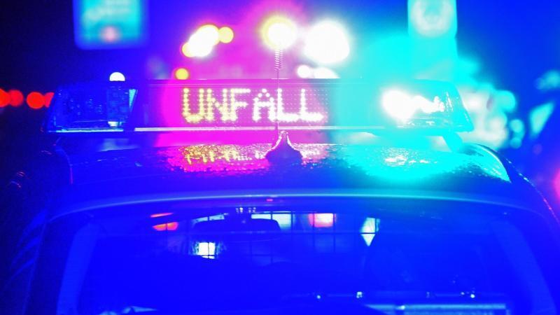 polizei-blaulicht-bei-unfallaufnahme-foto-stefan-puchnerdpasymbolbild