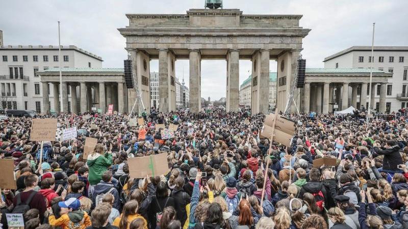 klimademonstration-von-fridays-for-future-am-brandenburger-tor-foto-michael-kappelerdpaarchivbild