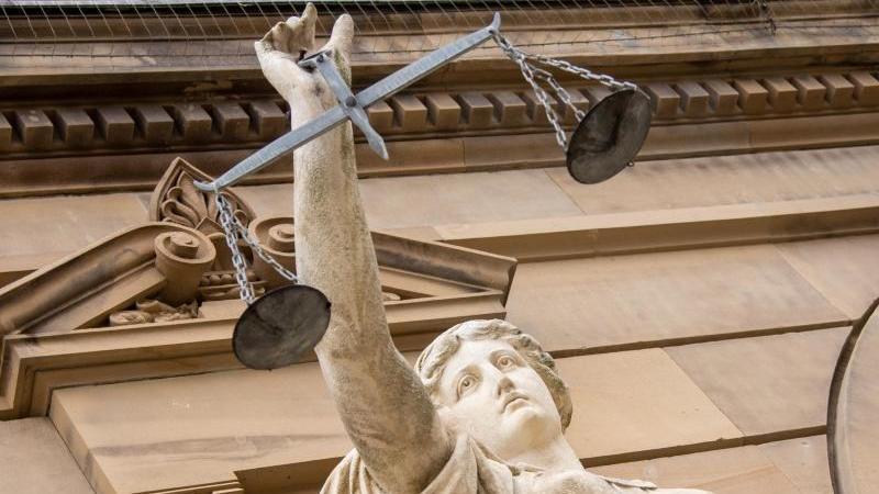 eine-statue-der-justitia-halt-eine-waagschale-foto-stefan-puchnerdpasymbolbild