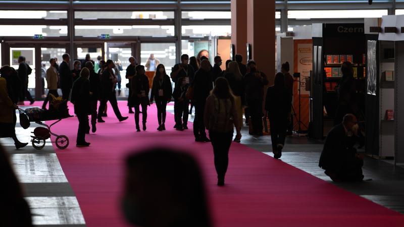 besucher-gehen-durch-eine-halle-der-frankfurter-buchmesse-2021-foto-sebastian-gollnowdpa