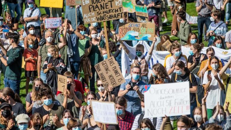 aktivisten-nehmen-an-einer-demonstration-von-fridays-for-future-teil-foto-christoph-schmidtdpa