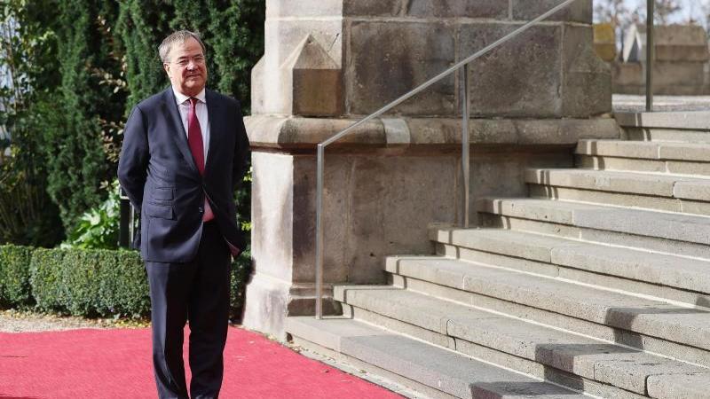 nordrhein-westfalens-ministerprasident-armin-laschet-steht-auf-dem-roten-teppich-foto-oliver-bergdpa