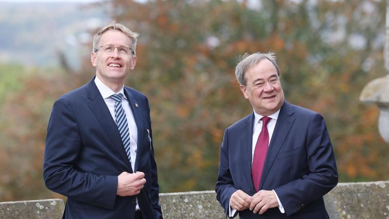 armin-laschet-r-cdu-ministerprasident-von-nordrhein-westfalen-begrut-auf-schloss-drachenburg-seinen-amtskollegen-aus-schleswig-holsterin-daniel-gunther-cdu-foto-oliver-bergdpa