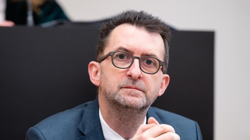 reinhold-jost-spd-minister-fur-umwelt-und-verbraucherschutz-schaut-in-die-kamera-foto-oliver-dietzedpa