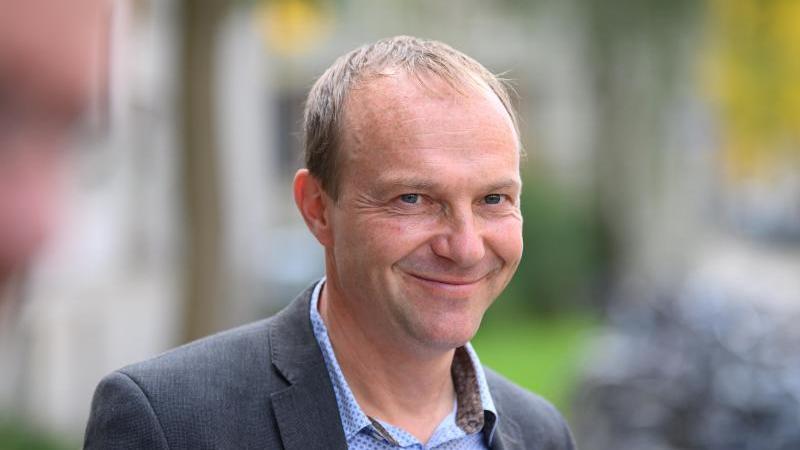 wolfram-gunther-bundnis-90die-grunen-umweltminister-von-sachsen-lachelt-foto-robert-michaeldpa-zentralbilddpa