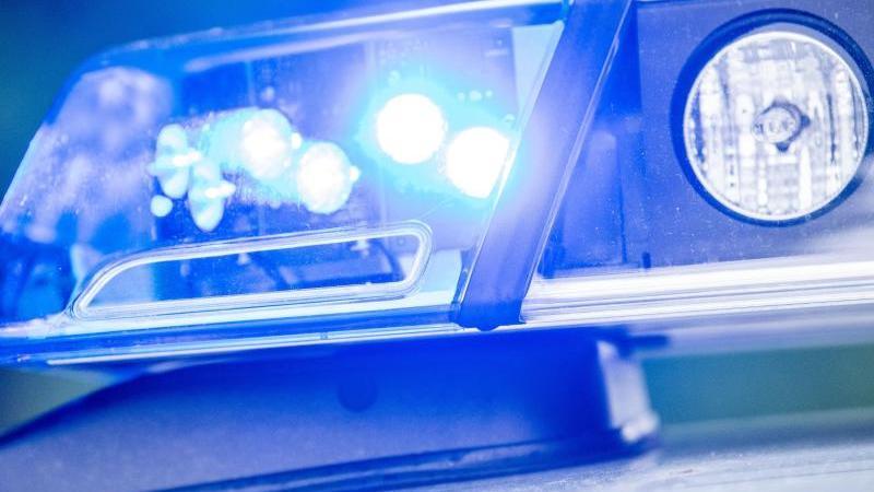 ein-blaulicht-leuchtet-auf-dem-dach-einer-polizeistreife-foto-lino-mirgelerdpasymbolbild