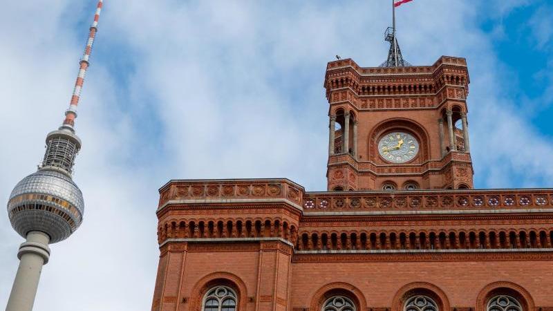 der-fernsehturm-und-das-rote-rathaus-mit-einer-fahne-ragen-in-den-himmel-foto-monika-skolimowskadpa-zentralbilddpa