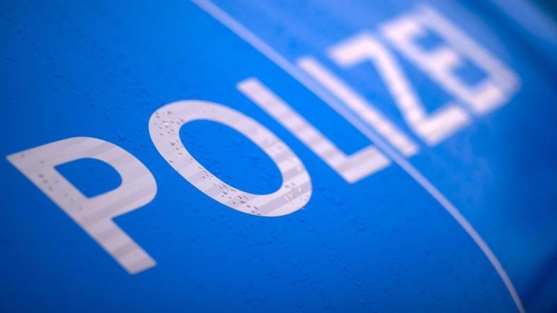der-schriftzug-polizei-steht-auf-einem-streifenwagen-foto-jens-buttnerdpa-zentralbildzbsymbolbild