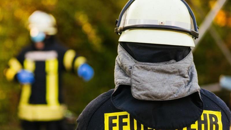 einsatzkrafte-der-feuerwehr-in-schutzkleidung-foto-philipp-von-ditfurthdpasymbolbild