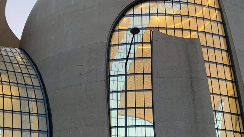 die-zentralmoschee-in-koln-ehrenfeld-leuchtet-in-der-abenddammerung-von-innen-foto-christoph-driessendpa