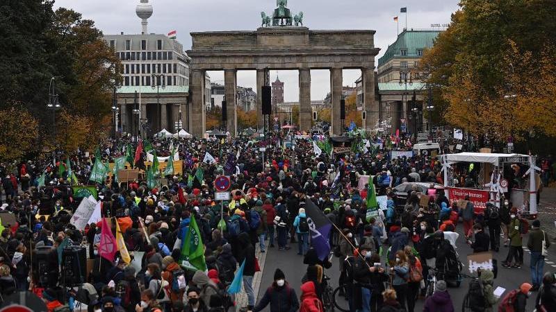 protestierende-mit-transparenten-am-willy-brandt-haus-der-spd-zentrale-in-berlin-foto-annette-riedldpa