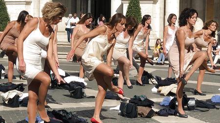 irrer-unterwasche-protest-flugbegleiterinnen-ziehen-sich-aus