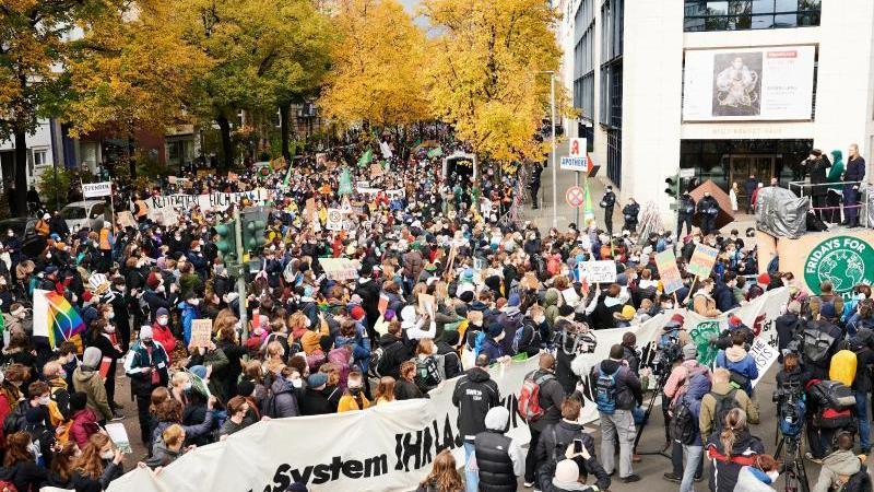 klimaaktivistin-luisa-neubauer-r-spricht-vor-dem-willy-brandt-haus-der-spd-zentrale-vor-tausenden-protestierenden-foto-annette-riedldpa