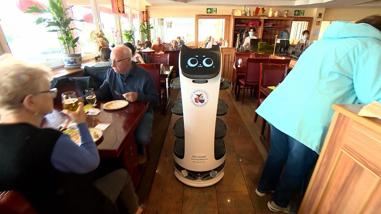 in-chinarestaurant-roboter-als-kellner