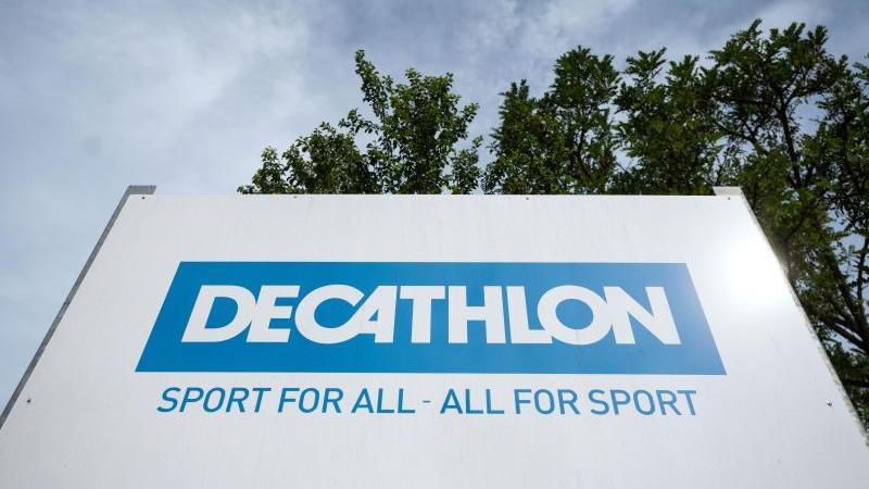 das-logo-des-sportartikelhandlers-decathlon-ist-auf-einem-schild-an-der-deutschen-zentrale-zu-sehen-foto-marijan-muratdpaarchiv