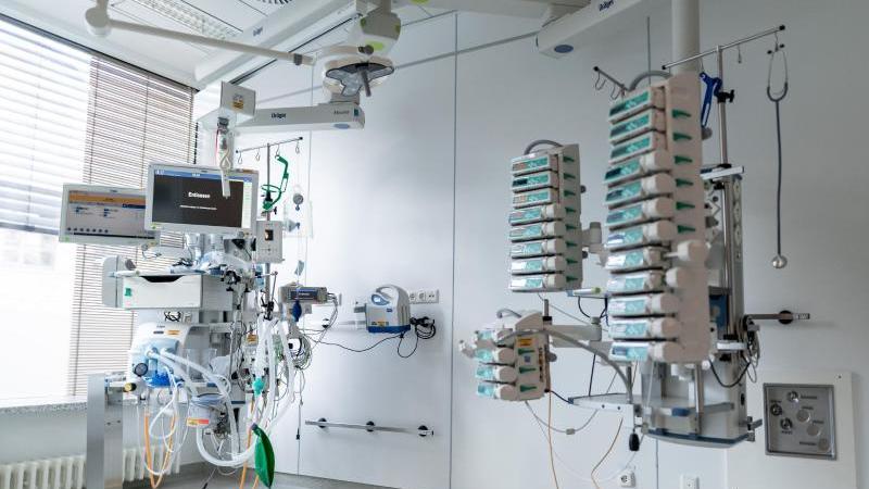 gerate-stehen-und-hangen-in-einem-leeren-zimmer-auf-einer-corona-intensivstation-foto-fabian-strauchdpasymbolbild