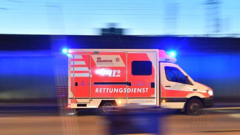 ein-rettungswagen-mit-eingeschaltetem-blaulicht-fahrt-auf-einer-strae-foto-boris-roesslerdpasymbolbild