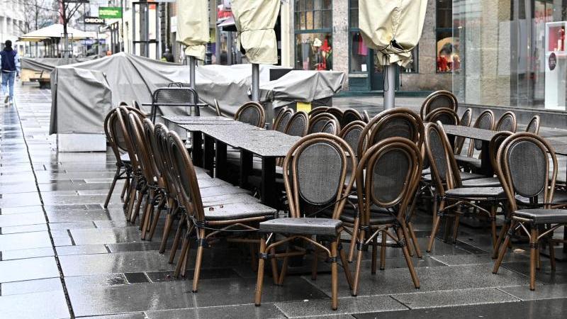 zusammengestellte-tische-und-stuhle-stehen-in-einer-fugangerzone-wiens-archivbild-foto-hans-punzapadpa