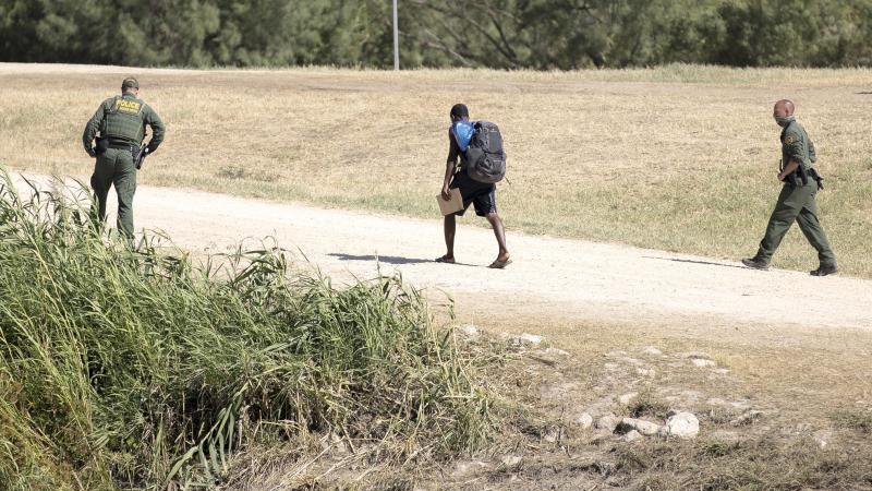 us-grenzschutzbeamte-sprechen-mit-einem-haitianischen-migranten-der-von-ciudad-acuna-mexiko-in-die-usa-eingereist-ist-archivbild-foto-nick-wagnerxinhuadpa