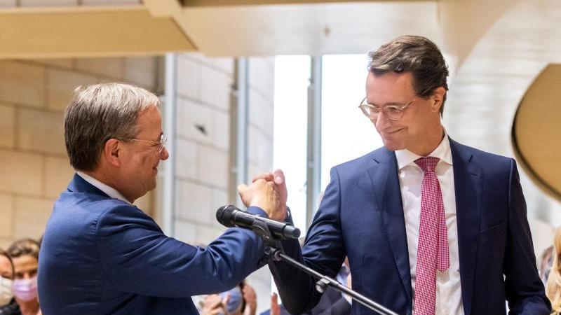 armin-laschet-l-ministerprasident-von-nordrhein-westfalen-gratuliert-landesverkehrsminister-hendrik-wust-beide-cdu-zur-nominierung-als-regierungs-und-landesparteichef-foto-marcel-kuschdpa