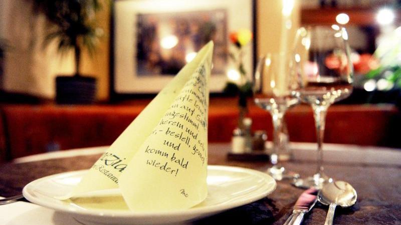 ein-gedeckter-tisch-ist-in-einem-restaurant-zu-sehen-foto-picture-alliancedpaarchivbild