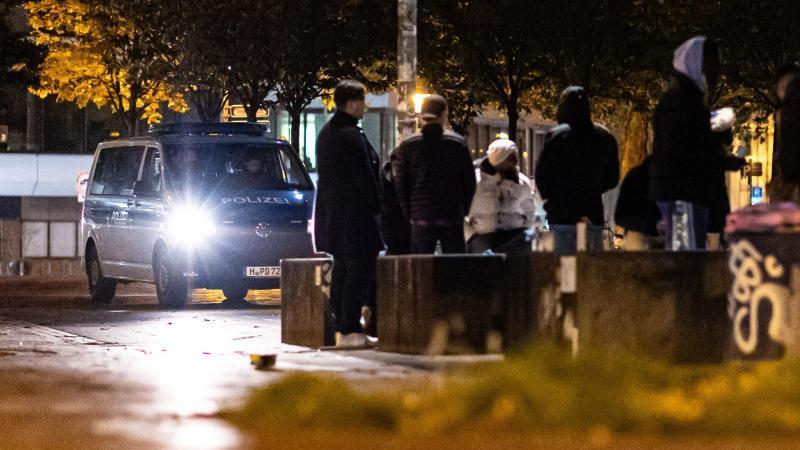 polizisten-in-einem-polizeitransporter-beobachten-das-geschehen-auf-dem-kuchengartenplatz-foto-michael-mattheydpaarchivbild