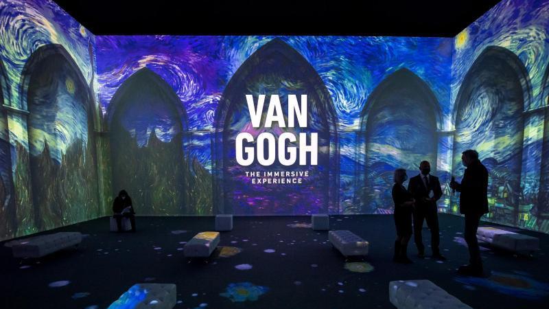 besucher-schauen-sich-die-ausstellung-van-gogh-the-immersive-experience-lichtinstallationen-an-foto-sina-schuldtdpaarchivbild