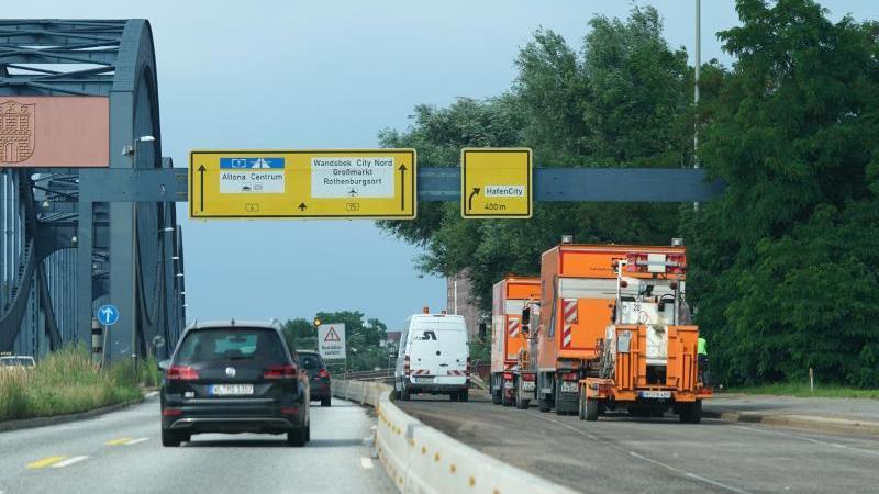 fahrzeuge-fahren-auf-der-autobahn-a255-in-richtung-elbbrucken-foto-marcus-brandtdpaarchivbild