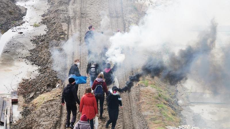 mit-rauchfackeln-gehen-klimaaktivisten-unterschiedlicher-bundnisse-auf-der-baustelle-der-a100-foto-annette-riedldpa