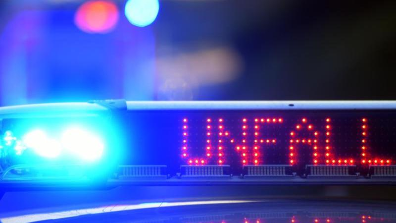 ein-polizeifahrzeug-steht-mit-blaulicht-an-einer-unfallstelle-foto-picture-alliancestefan-puchnerdpasymbolbild