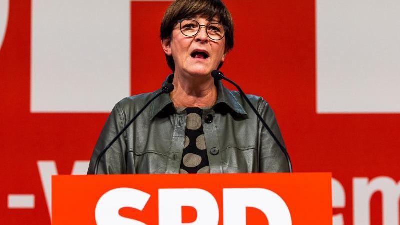 die-spd-vorsitzende-saskia-esken-spricht-beim-parteitag-der-baden-wurttembergischen-spd-in-freiburg-foto-philipp-von-ditfurthdpa