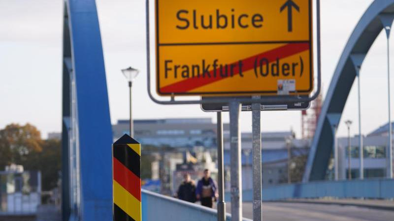blick-von-der-deutschen-seite-auf-die-grenzbrucke-in-frankfurt-oder-die-deutschland-mit-polen-verbindet-foto-jorg-carstensendpa