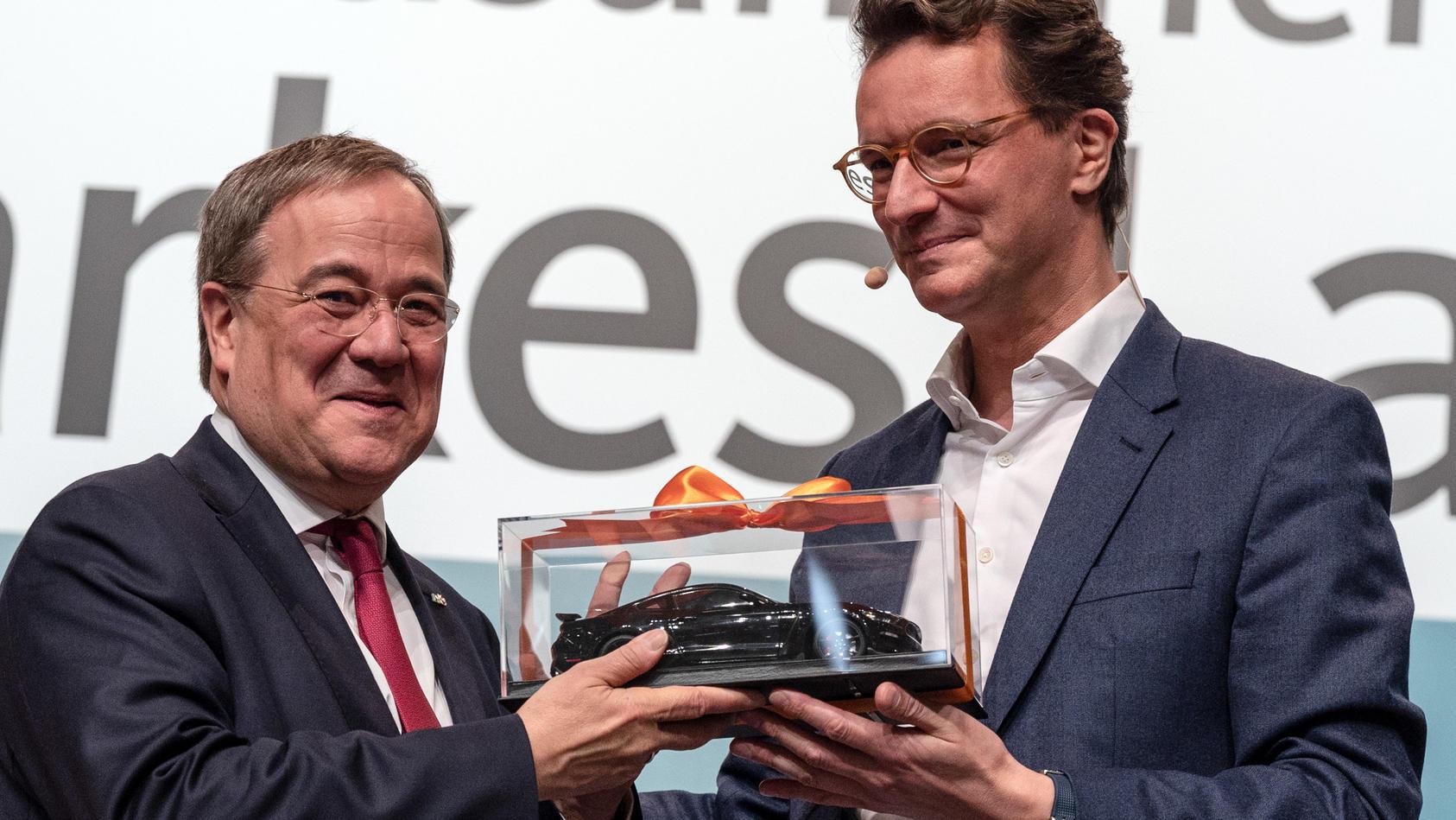 hendrik-wust-neuer-cdu-landesvorsitzender-in-nrw-uberreicht-seinem-vorganger-armin-laschet-als-geschenk-ein-modell-eines-sportwagens