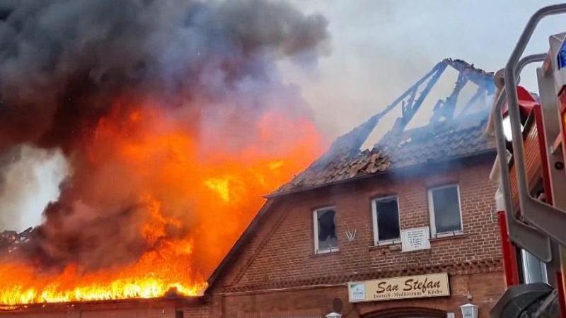 ein-gasthaus-in-neustadt-am-rubenberge-steht-in-flammen-foto-tnndpa