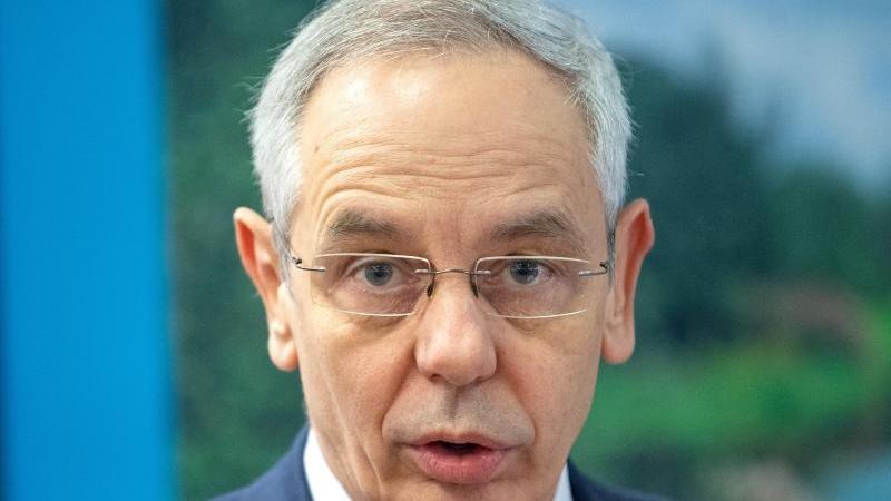 michael-vassiliadis-vorsitzender-der-industriegewerkschaft-bergbau-chemie-energie-ig-bce-foto-monika-skolimowskazbdpaarchivbild