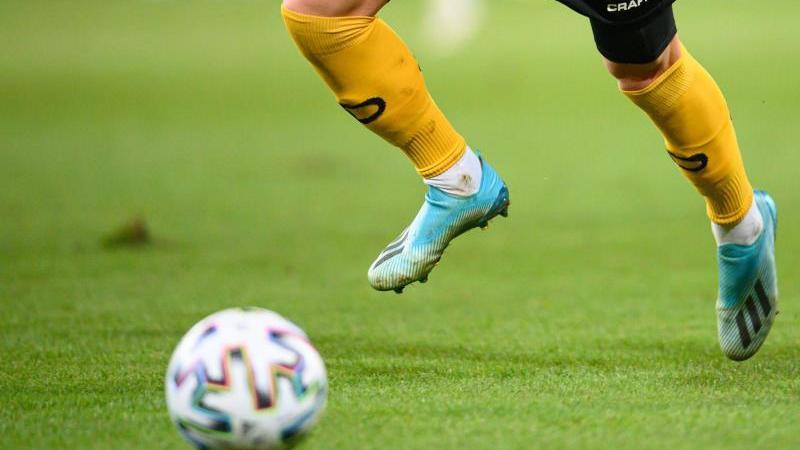 ein-fuballspieler-spielt-den-ball-foto-robert-michaeldpa-zentralbilddpasymbolbild